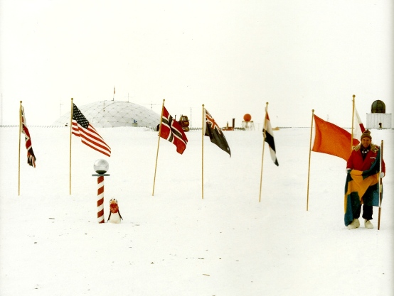 Amundsen-Scott-basen Geografiska Sydpolen 10 januari 1985. Jag placerar svenska flaggan där.